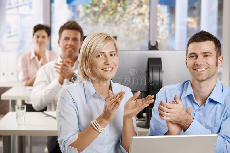 Affärsfolk som applåderar på utbildning arkivbilder