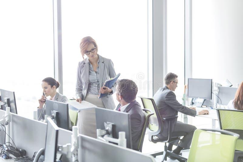 Affärsfolk som arbetar i öppet plankontor royaltyfri foto