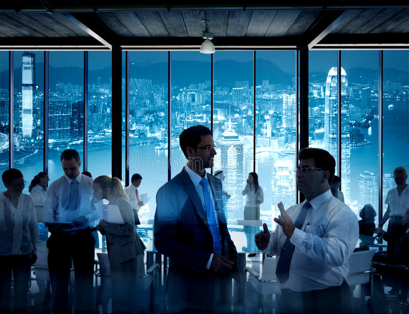 Affärsfolk som arbetar i ett konferensrum arkivbild