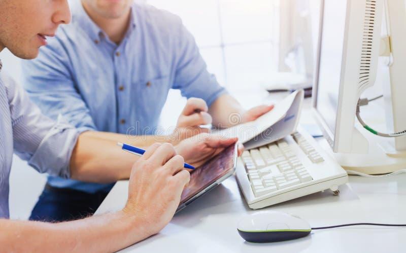 Affärsfolk som arbetar i kontoret, closeup av händer arkivbild