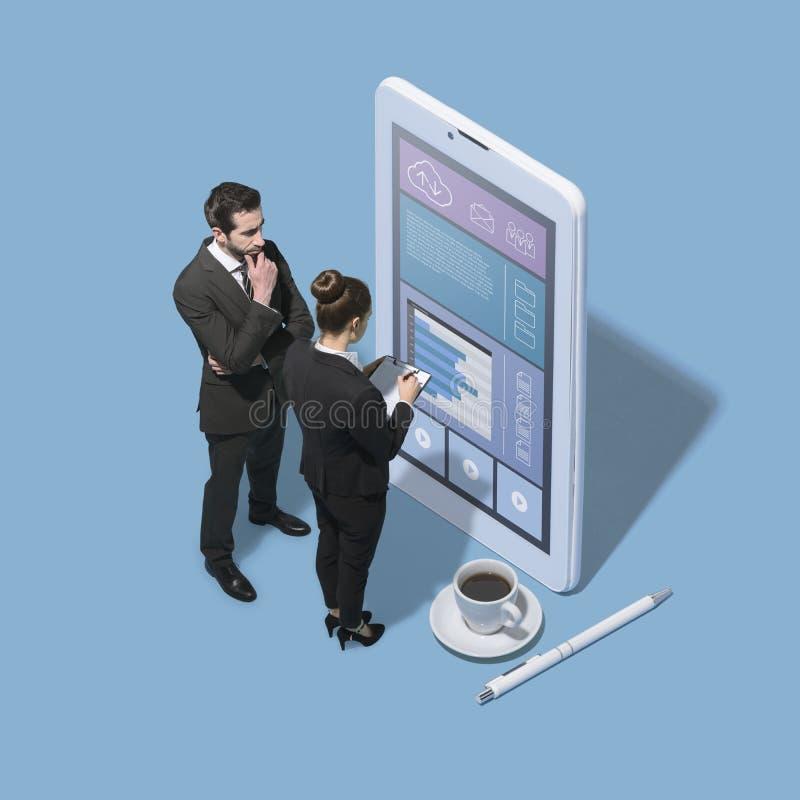 Affärsfolk som arbetar med en stor pekskärmsmartphone royaltyfri fotografi