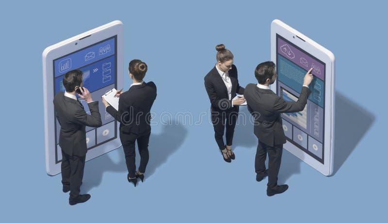 Affärsfolk som arbetar med stora pekskärmsmartphones arkivbild