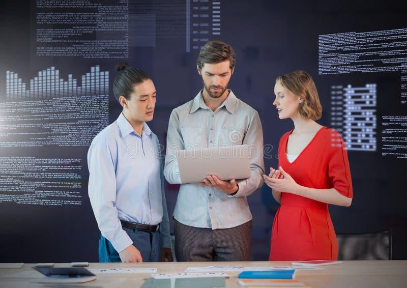 Affärsfolk som arbetar på bärbara datorn med skärmtextmanöverenheten arkivfoto