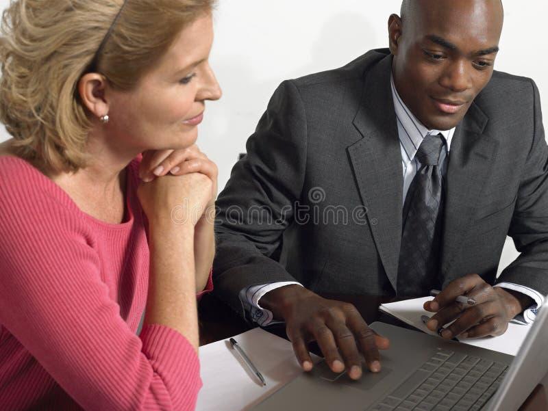 Affärsfolk som arbetar på bärbara datorn på tabellen royaltyfri bild