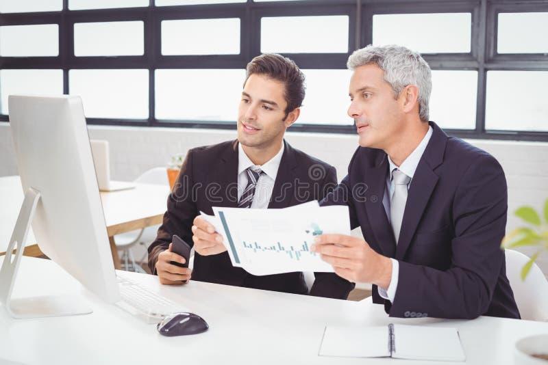 Affärsfolk som arbetar på datorskrivbordet royaltyfria bilder