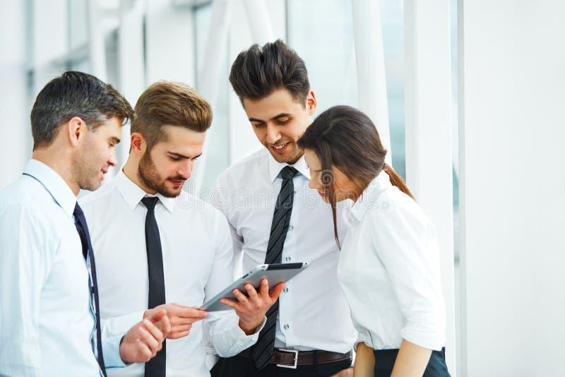 Affärsfolk som arbetar som ett lag på kontoret arkivfoto