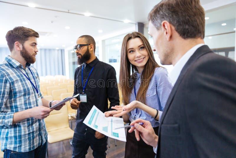 Affärsfolk som diskuterar den finansiella rapporten och nytt projekt royaltyfri foto