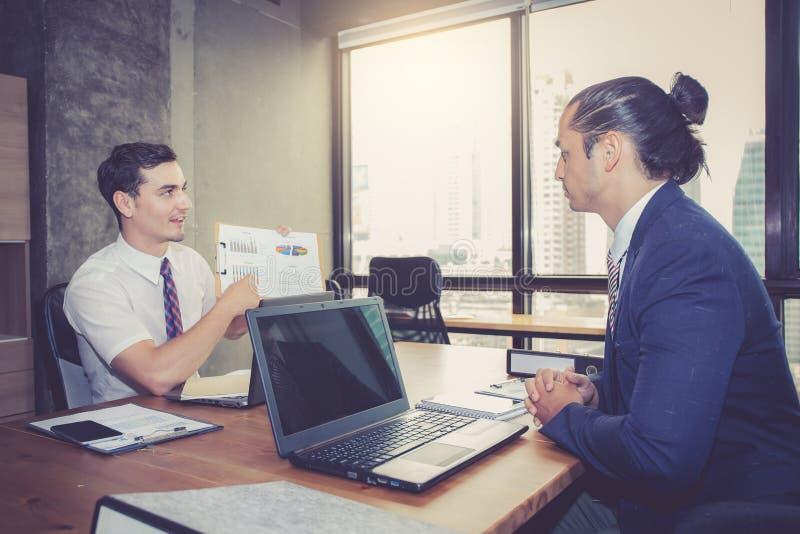 Affärsfolk som diskuterar diagrammen och graferna som visar resultaten royaltyfria foton