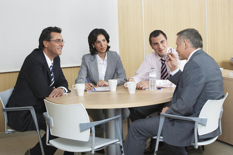 Affärsfolk som diskuterar i konferensrum arkivbild
