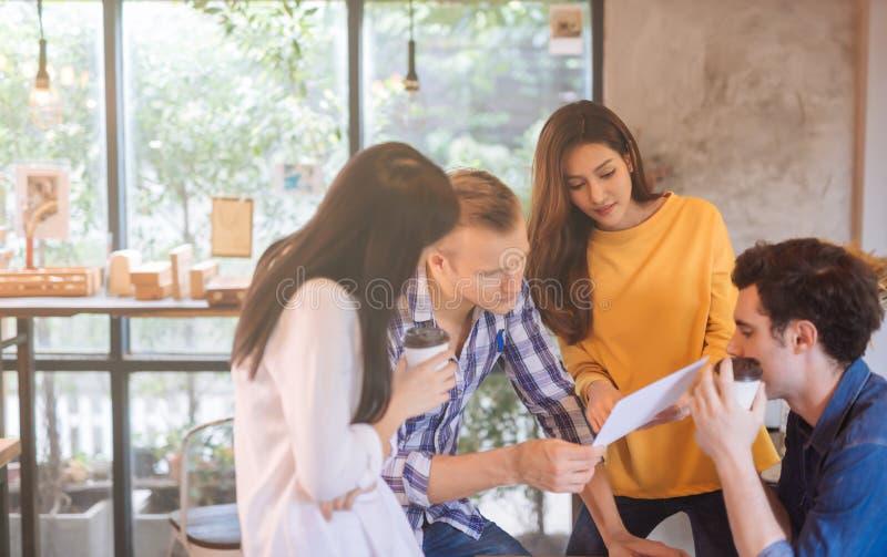 Affärsfolk som diskuterar idéer i begreppet för dokument för läsning för möte för kontorsteamworkidékläckning royaltyfria bilder