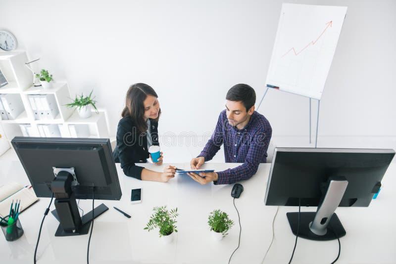 Affärsfolk som diskuterar idéer på mötet i kontoret royaltyfria foton