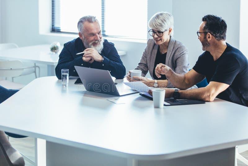 Affärsfolk som diskuterar nytt plan royaltyfri foto