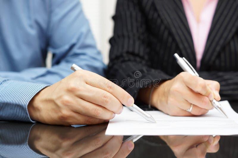 Affärsfolk som diskuterar om ett dokument royaltyfri fotografi
