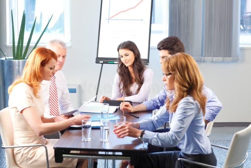 Affärsfolk som diskuterar på mötet royaltyfri bild