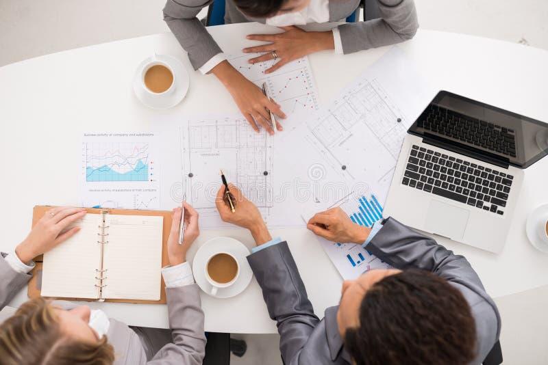 Affärsfolk som diskuterar ritningen arkivfoto