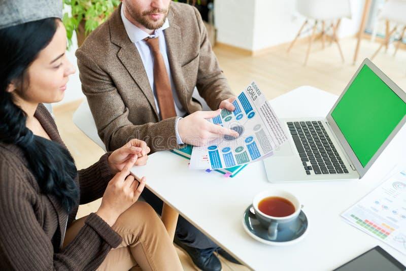 Affärsfolk som diskuterar strategi arkivbilder