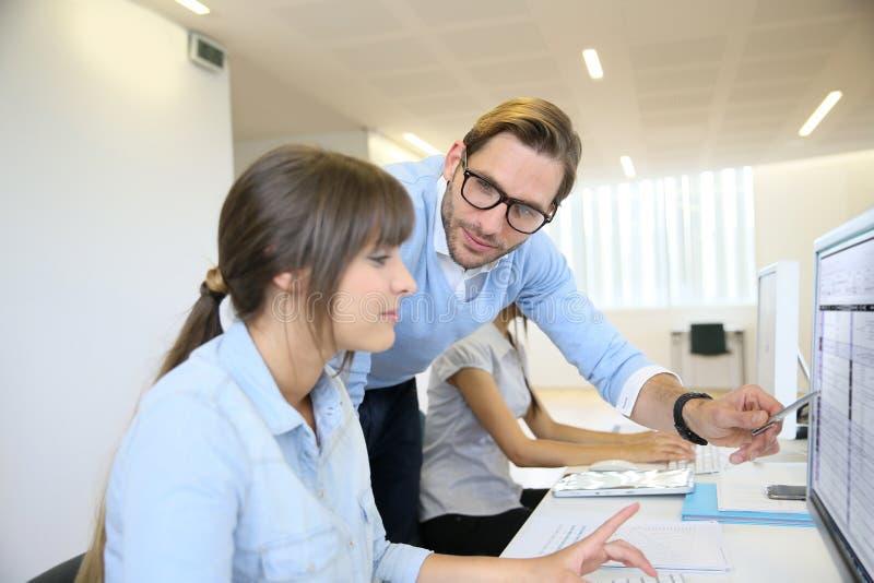 Affärsfolk som diskuterar strategi arkivfoton
