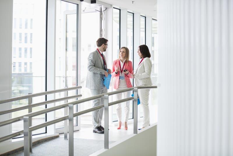 Download Affärsfolk Som Diskuterar Vid Fönsterkonventcentret Arkivfoto - Bild av företags, kollega: 78726482