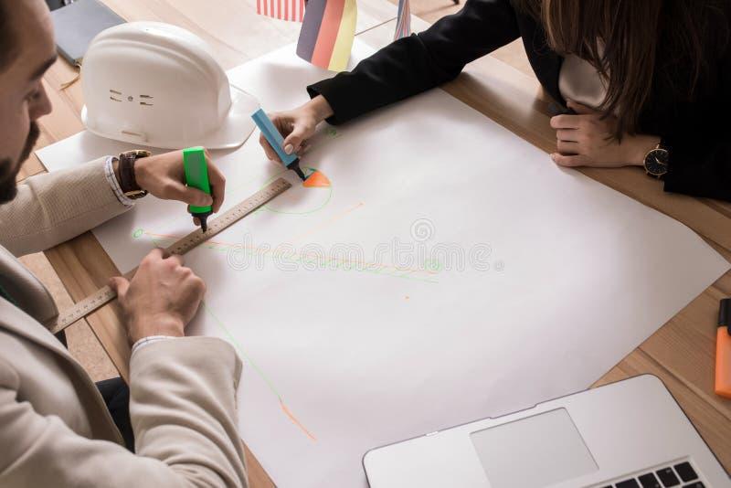Affärsfolk som drar diagram fotografering för bildbyråer