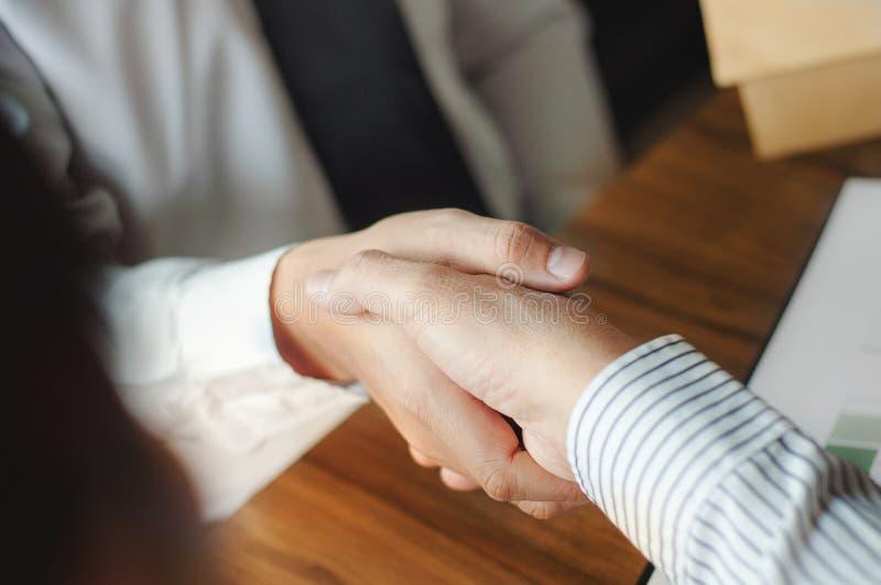 Affärsfolk som förhandlar överenskommelse i affären, lyckat handla royaltyfria bilder