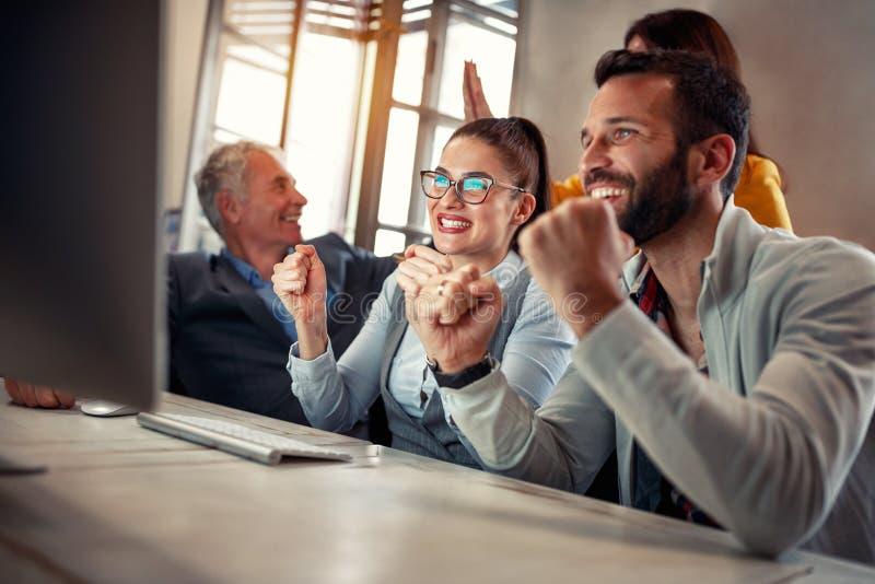 Affärsfolk som firar att arbeta för framgång som är lyckat arkivfoto