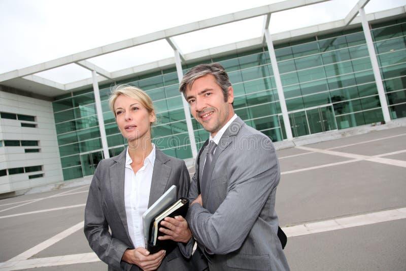 Affärsfolk som framme möter av kontorsbyggnad royaltyfri fotografi