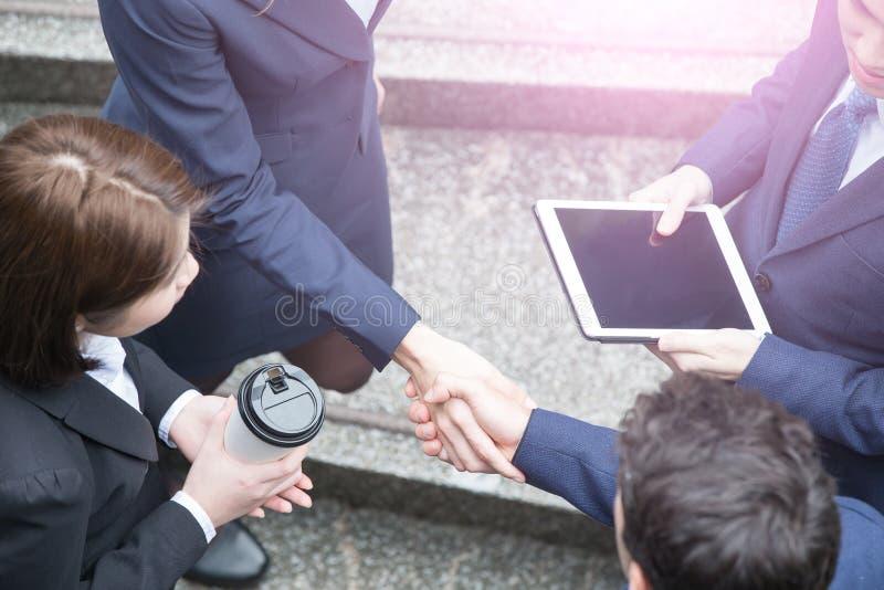 affärsfolk som fungerar tillsammans arkivbild