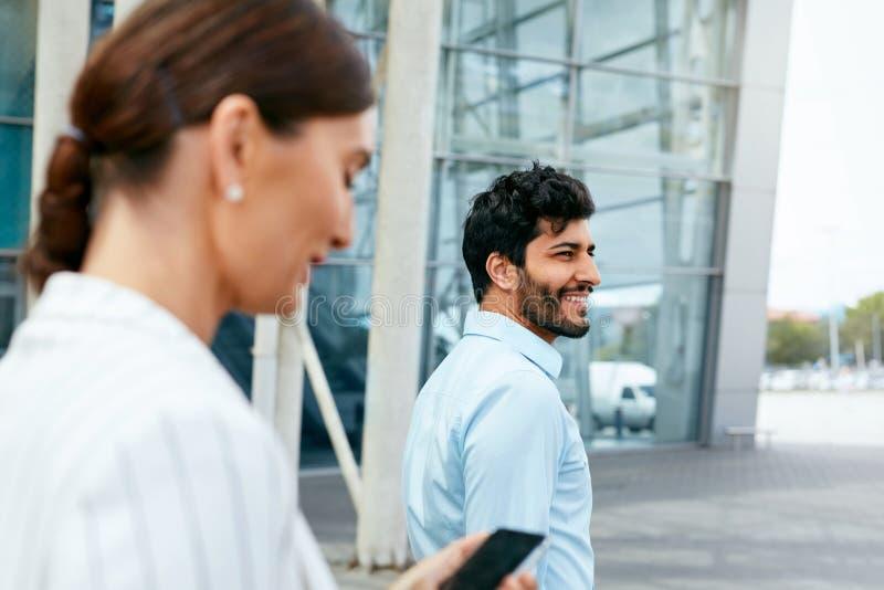 Affärsfolk som går att arbeta på kontoret royaltyfria foton