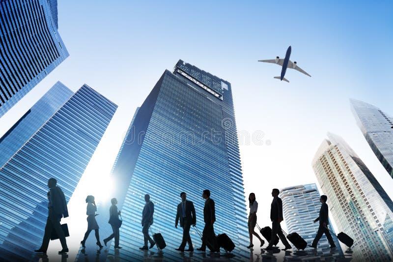 Affärsfolk som går företags loppflygplanbegrepp royaltyfria foton