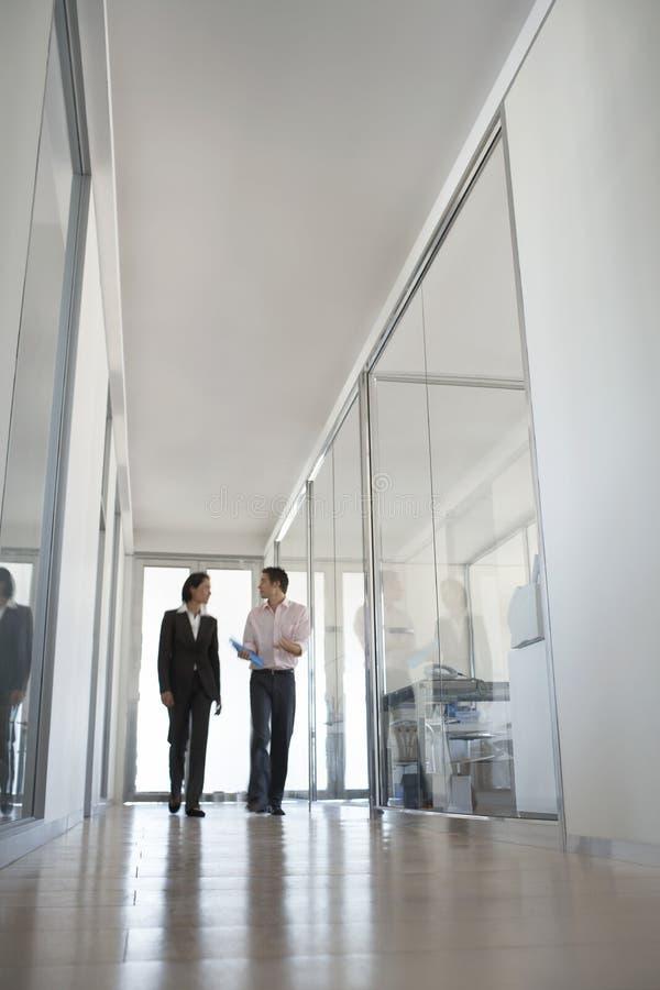 Affärsfolk som går i hall fotografering för bildbyråer