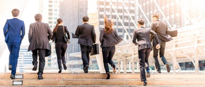 Affärsfolk som går i stad arkivbild