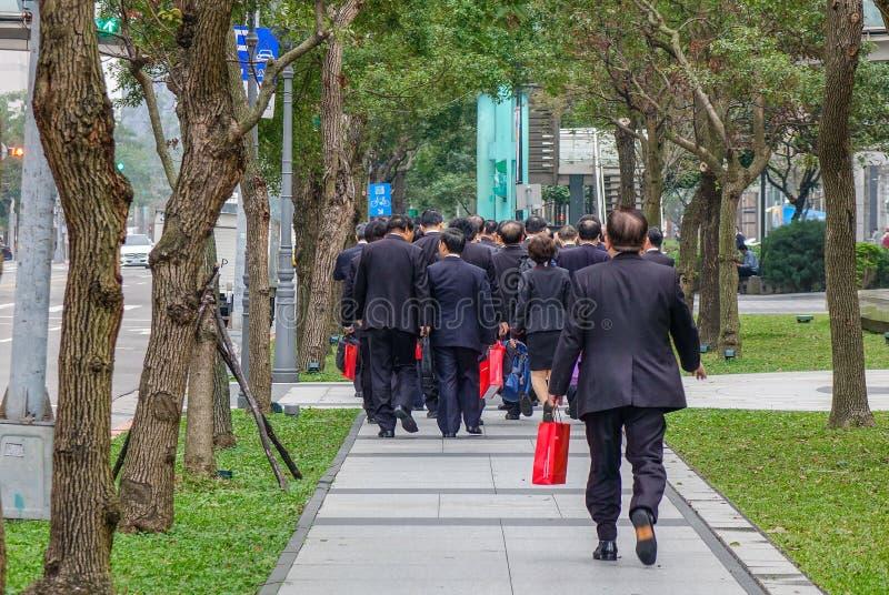 Affärsfolk som går på gatan royaltyfria foton