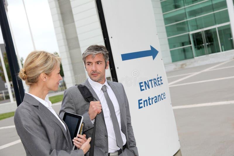 Affärsfolk som går till ett möte arkivfoton