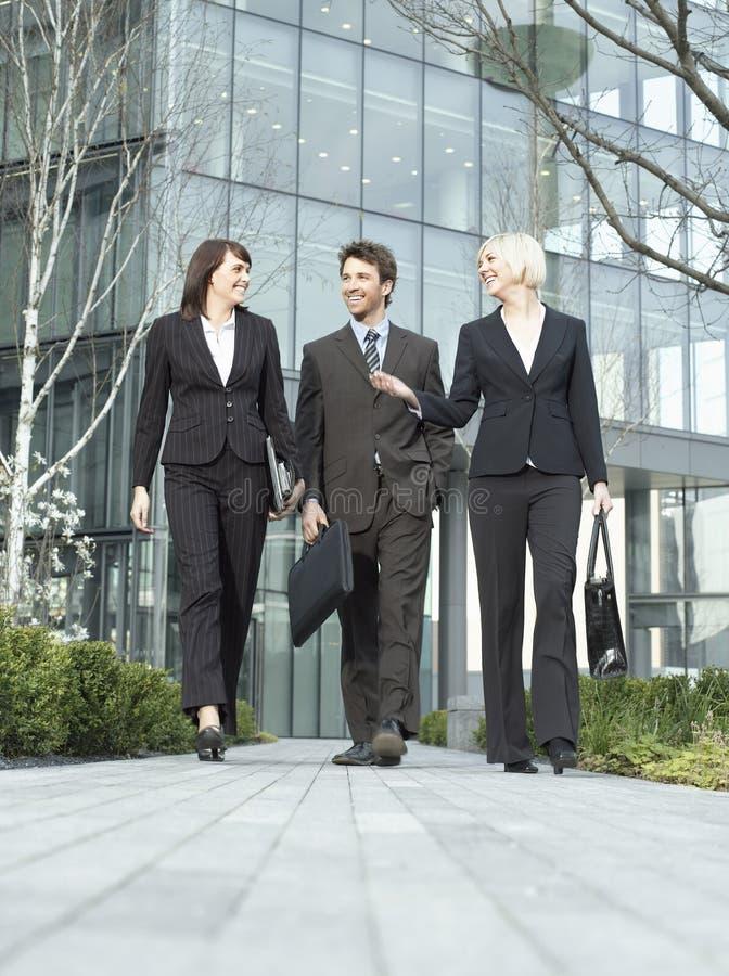 Affärsfolk som går utanför kontorsbyggnad royaltyfri foto