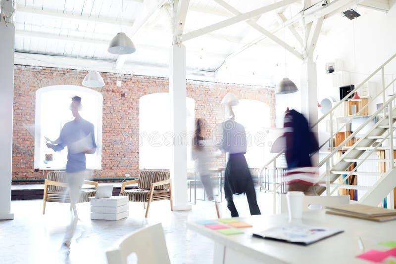 Affärsfolk som gör arbete på kontoret royaltyfria bilder