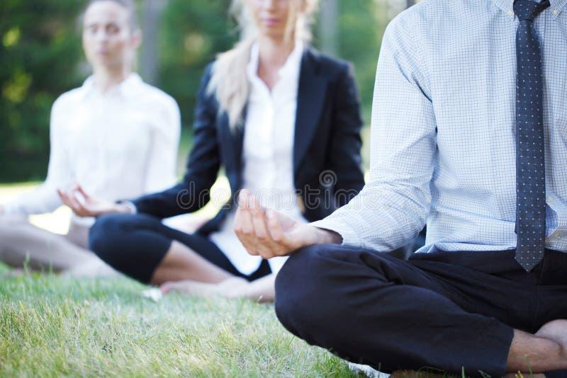 Affärsfolk som gör yoga royaltyfri bild
