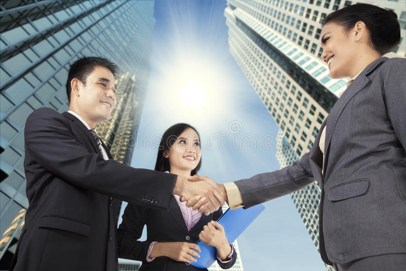 Affärsfolk som gratulerar för det nya partnerskapet royaltyfria foton