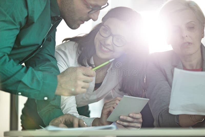 Download Affärsfolk Som Har Diskussion På Tabellen I Regeringsställning Arkivfoto - Bild av företags, holding: 78728552