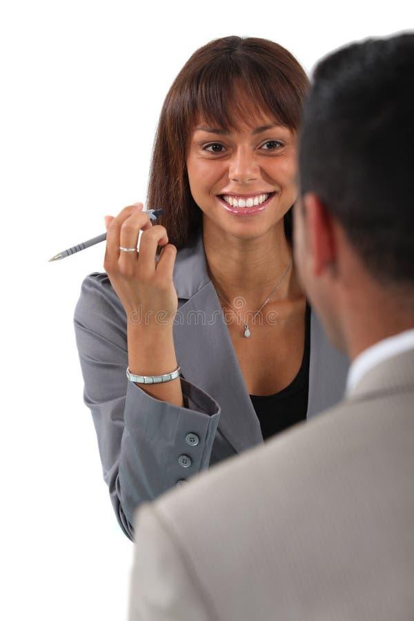 Affärsfolk som har en diskussion royaltyfri bild