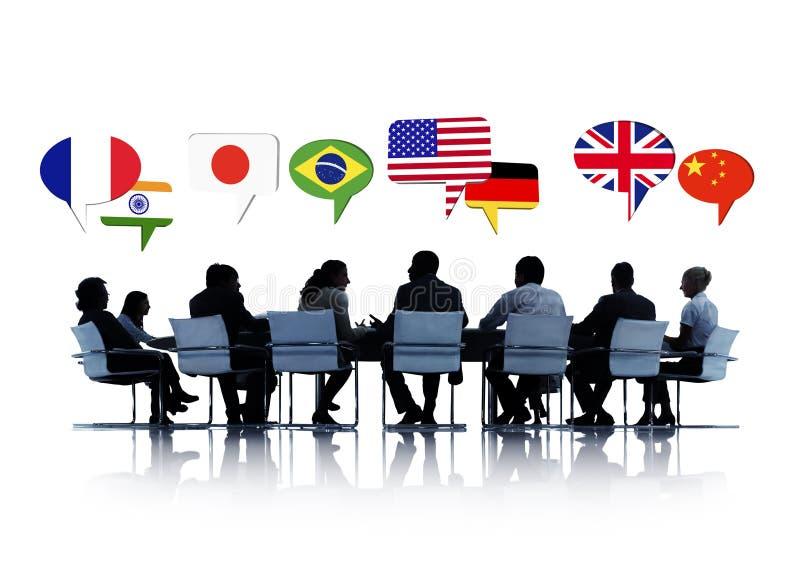 Affärsfolk som har en konferens om internationella relationer royaltyfria bilder