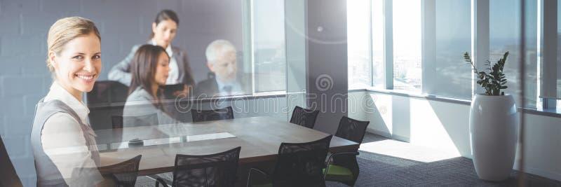Affärsfolk som har ett möte med kontorsövergångseffekt fotografering för bildbyråer