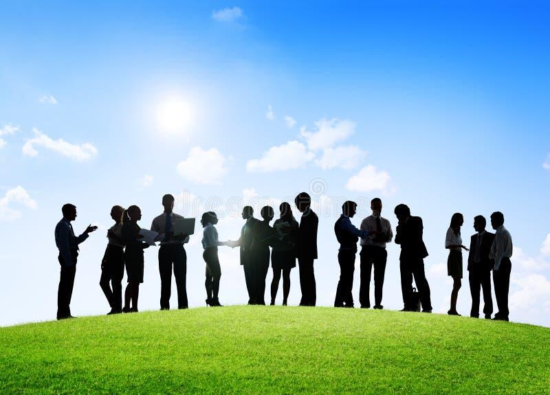Affärsfolk som har ett utomhus- möte och diskussioner royaltyfri foto