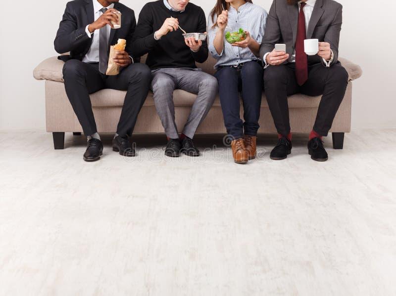 Affärsfolk som har lunch i regeringsställning royaltyfria foton