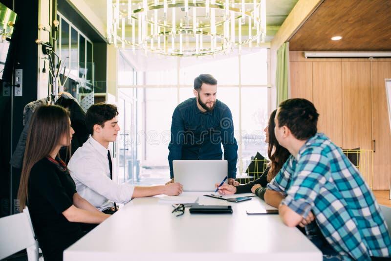 Affärsfolk som har styrelsemötet i modernt kontor Teamwork arkivbild