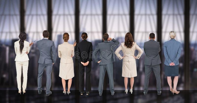 Affärsfolk som i rad står mot digitalt frambragd bakgrund royaltyfri fotografi