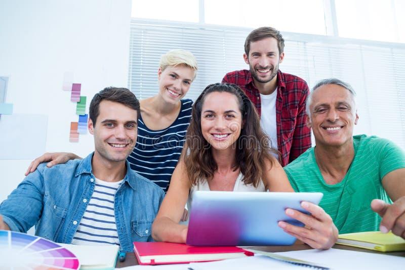 Affärsfolk som i regeringsställning använder den Digital minnestavlan royaltyfri foto
