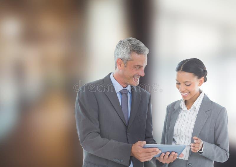 Affärsfolk som i regeringsställning använder den Digital minnestavlan royaltyfria bilder