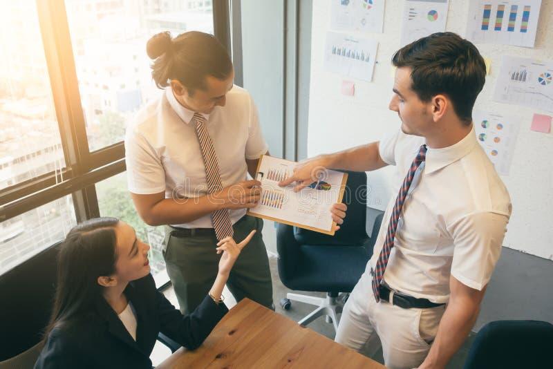 Affärsfolk som i regeringsställning delar deras idéer arkivbild