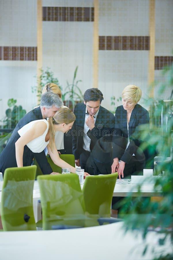 Affärsfolk som i regeringsställning gör beslut arkivbild