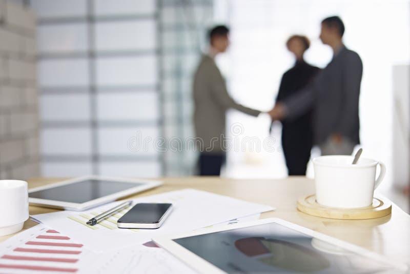 Affärsfolk som i regeringsställning möter royaltyfria foton